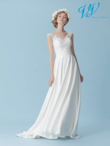 A crepe wedding dress for a simple boho look. Perfect for a beach wedding.